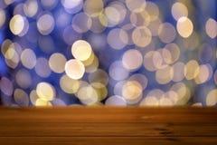 Tabla de madera vacía con las luces de oro de la Navidad Imagenes de archivo