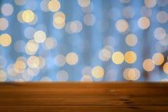 Tabla de madera vacía con las luces de oro de la Navidad Imagen de archivo