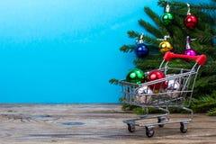 Tabla de madera y ramas spruce con las decoraciones de la Navidad en fondo coloreado brillante Fotos de archivo libres de regalías