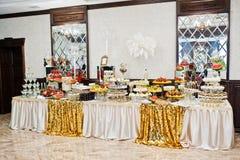 Tabla de oro de la elegancia de diverso abastecimiento en la recepción nupcial Imagenes de archivo