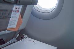 Tabla de plegamiento, instrucciones del vuelo, revista en el asiento delantero, porta, concepto de vuelos y viaje fotografía de archivo libre de regalías