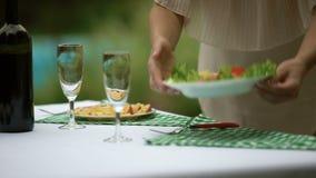 Tabla de servicio femenina con bocados ligeros, preparación de la celebración, comida vegetariana almacen de video