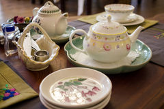 Tabla de té con muchos utensilio, foco selectivo fotografía de archivo
