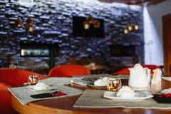 Tabla de té en el fondo de una pared púrpura imágenes de archivo libres de regalías
