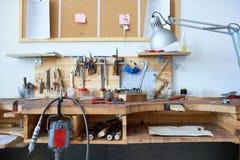Tabla de trabajo con las herramientas Fotografía de archivo