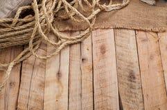 Tabla de trabajo del vintage con la cuerda, saco de la arpillera en superficie de madera del tablón imagen de archivo