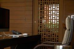 Tabla de trabajo de la oficina con la mesa del ordenador y teléfono y brazo fotografía de archivo