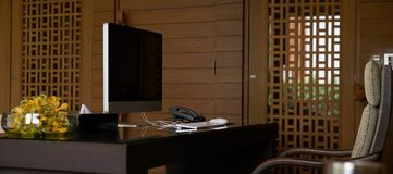 Tabla de trabajo de la oficina con la mesa del ordenador y teléfono y brazo fotografía de archivo libre de regalías