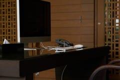 Tabla de trabajo de la oficina con la mesa y el teléfono del ordenador imagenes de archivo