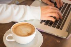 Tabla de trabajo simplemente de mujer de negocios imagen de archivo libre de regalías