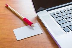 Tabla de trabajo simplemente independiente con el ordenador portátil foto de archivo libre de regalías