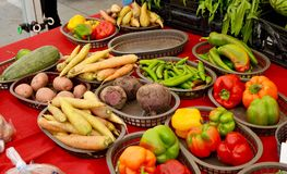 Tabla de verduras orgánicas imágenes de archivo libres de regalías