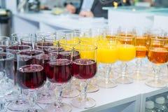 Tabla del abastecimiento con las bebidas alcohólicas y sin alcohol en el evento del negocio en el pasillo del hotel Servicio en l Imagen de archivo libre de regalías