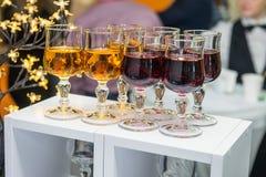 Tabla del abastecimiento con las bebidas alcohólicas y sin alcohol en el evento del negocio en el pasillo del hotel Servicio en l Foto de archivo libre de regalías