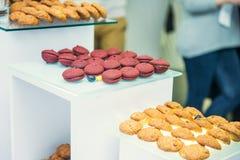 Tabla del abastecimiento con los platos y los bocados en el evento del negocio en el pasillo del hotel Servicio en la reunión de  Imagenes de archivo