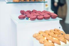 Tabla del abastecimiento con los platos y los bocados en el evento del negocio en el pasillo del hotel Servicio en la reunión de  Fotografía de archivo libre de regalías