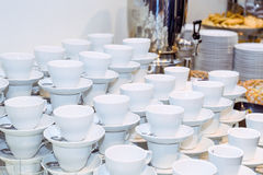 Tabla del abastecimiento con los platos y los bocados en el evento del negocio en el pasillo del hotel Ciérrese para arriba, foco Foto de archivo