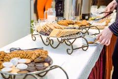 Tabla del abastecimiento con los platos y los bocados en el evento del negocio en el pasillo del hotel Ciérrese para arriba, foco Fotografía de archivo