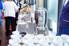Tabla del abastecimiento con los platos y los bocados en el evento del negocio en el pasillo del hotel Ciérrese para arriba, foco Foto de archivo libre de regalías