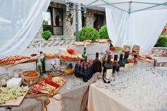 Tabla del abastecimiento de la boda con las diversas comidas y bebidas Imagenes de archivo