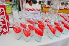 Tabla del abastecimiento de la boda con los diversos dulces y tortas Fotos de archivo