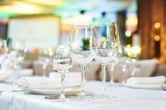 Tabla del abastecimiento del restaurante con cristalería Fotografía de archivo
