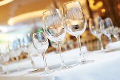 Tabla del abastecimiento del restaurante con cristalería Imagen de archivo libre de regalías