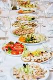 Tabla del abastecimiento del restaurante con la comida Imagen de archivo libre de regalías