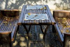 Tabla del ajedrez en el parque Foto de archivo libre de regalías