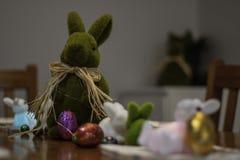 Tabla del almuerzo de Pascua imágenes de archivo libres de regalías