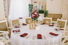 Tabla del almuerzo para las huéspedes en una boda foto de archivo libre de regalías
