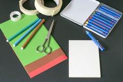 Tabla del arte con los accesorios Imagen de archivo libre de regalías
