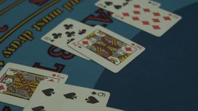 Tabla del casino de Black Jack con las tarjetas almacen de metraje de vídeo