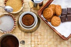 Tabla del coffe de la mañana con el azúcar, el chocolate y los biskits Foto de archivo