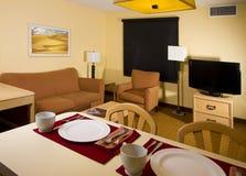 Cocina del apartamento-estudio que cena el espacio vital Imagen de archivo