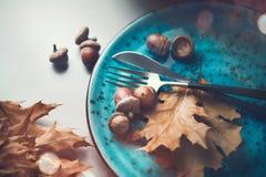 Tabla del Día de Acción de Gracias servida Tabla de madera adornada con las hojas de otoño Fotografía de archivo libre de regalías