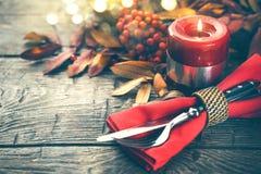 Tabla del Día de Acción de Gracias servida Tabla de madera adornada con las hojas de otoño Fotografía de archivo