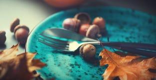 Tabla del Día de Acción de Gracias servida Tabla de madera adornada con las hojas de otoño Foto de archivo libre de regalías