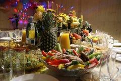 Tabla del día de fiesta con la comida Fotos de archivo libres de regalías