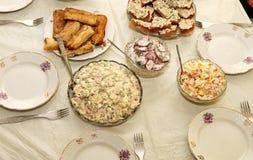 Tabla del día de fiesta con las ensaladas Fotos de archivo libres de regalías