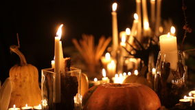 Tabla del día de fiesta de Halloween con las velas almacen de video