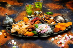 Tabla del día de fiesta de Ramadan Kareem Imagen de archivo libre de regalías