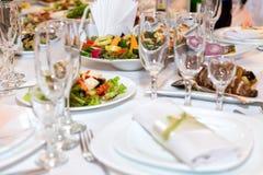 Tabla del día de fiesta servida con los diversos platos fotografía de archivo libre de regalías