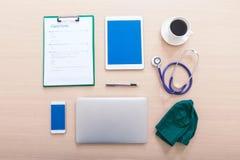 Tabla del doctor con los accesorios médicos Endecha plana Imágenes de archivo libres de regalías