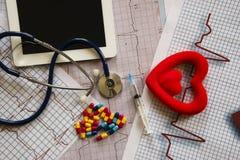 Tabla del doctor con los artículos médicos Fotografía de archivo libre de regalías