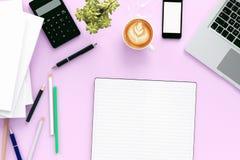Tabla del escritorio de oficina con el ordenador del labtop, el teléfono de la revista en blanco y la taza de café elegantes Visi libre illustration