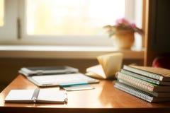 Tabla del escritorio de oficina con el ordenador, fuentes, flor Copie el espacio para el texto Imágenes de archivo libres de regalías