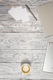 Tabla del escritorio de oficina con el ordenador portátil, la libreta, la pluma y otra fuentes Imágenes de archivo libres de regalías