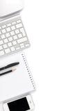 Tabla del escritorio de oficina con el ordenador y las fuentes fotos de archivo libres de regalías