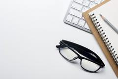Tabla del escritorio de oficina con las fuentes Lugar de trabajo y objetos planos del negocio de la endecha Visión superior Copie imagenes de archivo